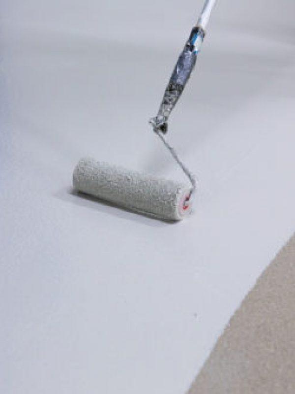 rulle epoxy maling på betonggulv