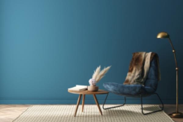 blå vegg med stol foran