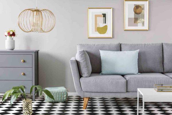 sofa på sjakkmønstret gulv